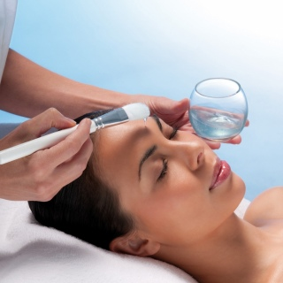 ON THE GO: Thalgo Facial, Eyebrow Shape, Express Manicure OR Pedicure $120.00